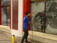 мытье витрин магазина