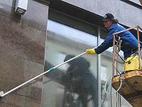 мытье здания и окон с помощью техники