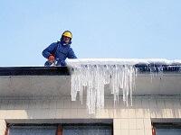 Удаление сосулек с крыши