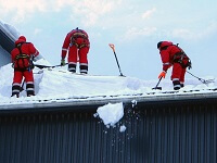 уборка снега с крыши бригадой